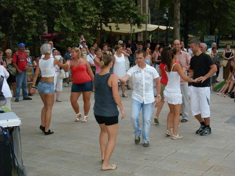 Tánc egy Salsa rendezvényen - Tatabánya Fő tér