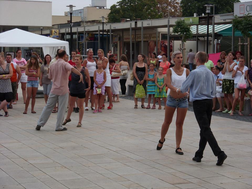 Szabad téri táncolás Tatabányán