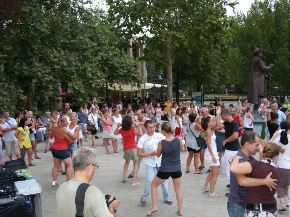 Szabad téri táncolás - Tatabánya Fő téren