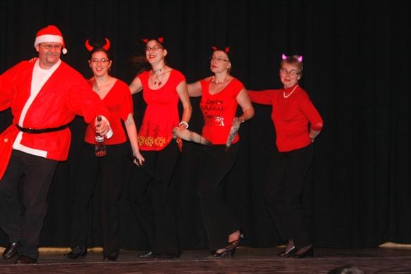 Télapó és krampuszlányok tánca